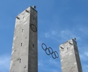 800px-Berlin_Olympiastadion_Main_Entrance_Olympic_Rings_from_1936_taken_20070421.jpg